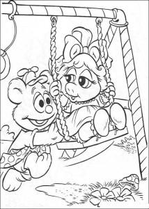 kleurplaat Tommy en Piggy schommelen